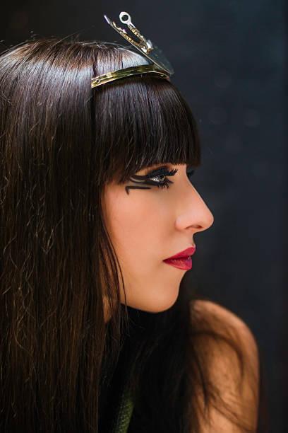 mädchen portrait im stil von ägyptischer pharao cleopatra - ägyptisches make up stock-fotos und bilder