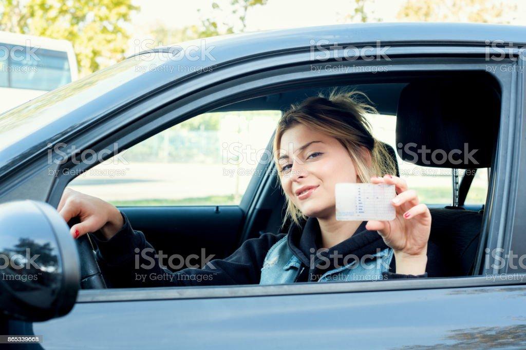 Mädchen Porträt Sititng in ihrem Auto und Führerschein – Foto