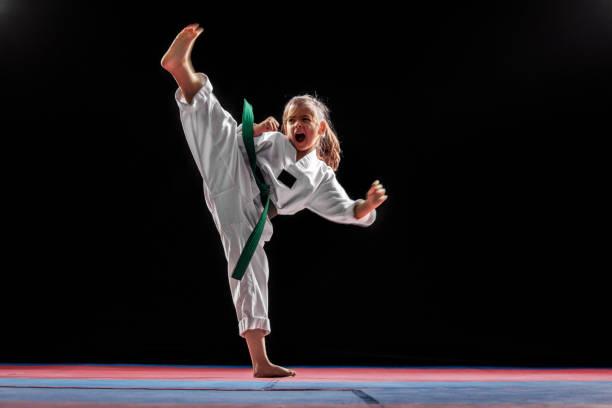 meisje beoefenen van vechtsport - menselijke ledematen stockfoto's en -beelden