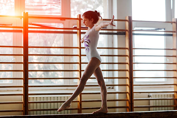 練習の女の子の体操ビームます。 - 体操競技 ストックフォトと画像