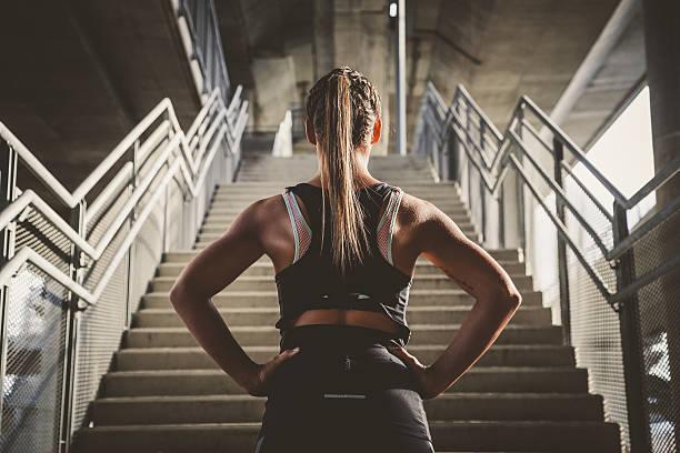 mädchen prepairing für das training - treppe stock-fotos und bilder