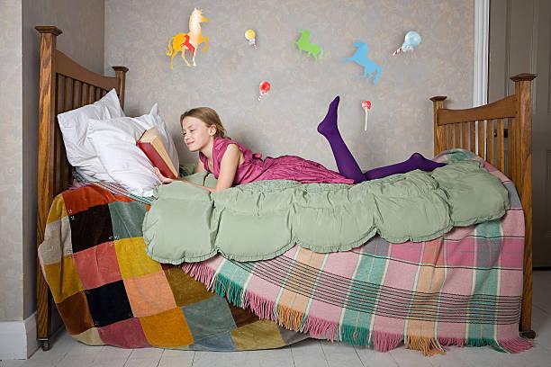 ein mädchen liest ein buch - pferde schlafzimmer stock-fotos und bilder