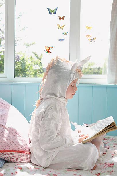 menina ler livro de unicórnio-roupa de cama - unicorn bed imagens e fotografias de stock