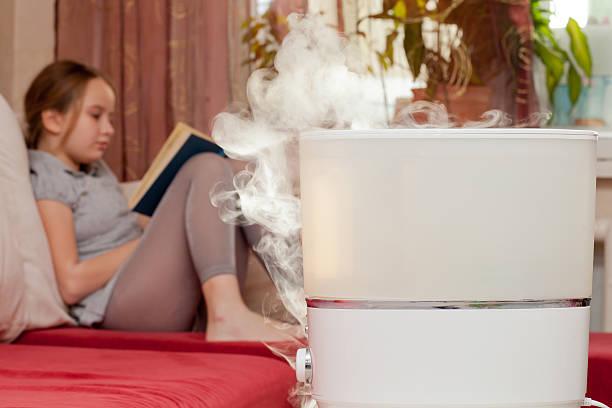 女性の読書を背景の加湿器 - 加湿器 ストックフォトと画像