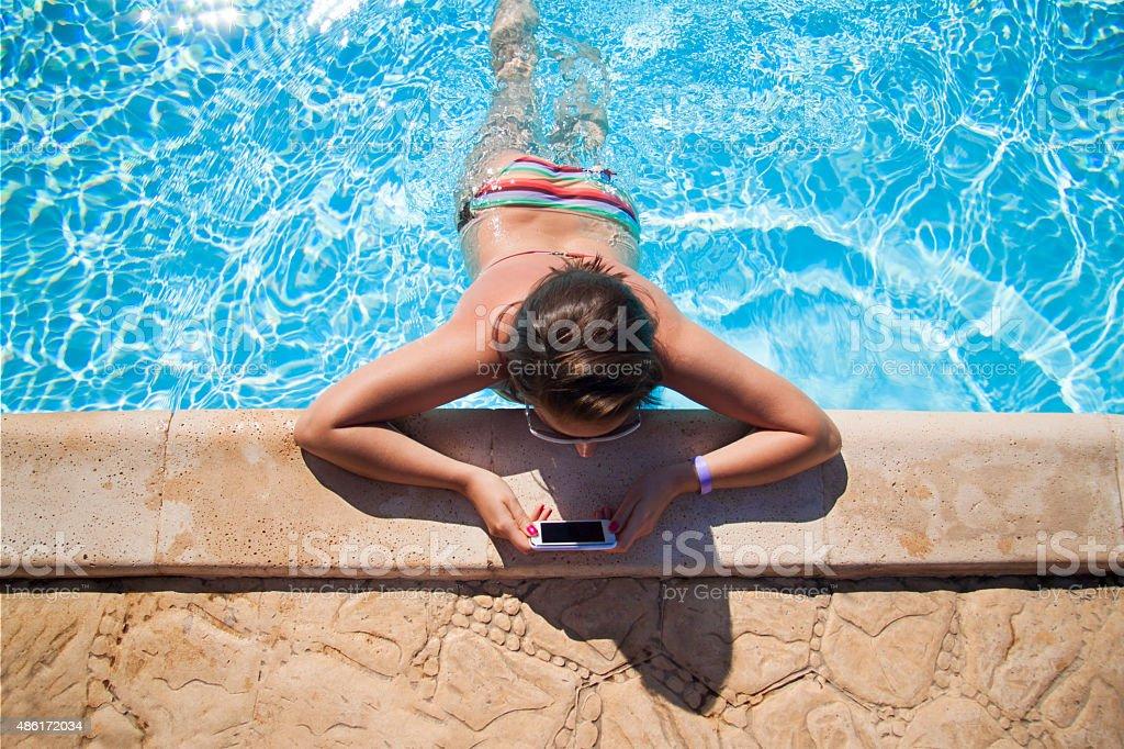 Dziewczyna czytanie na basen – zdjęcie