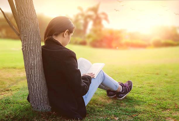 Mädchen Lesen in der Natur – Foto