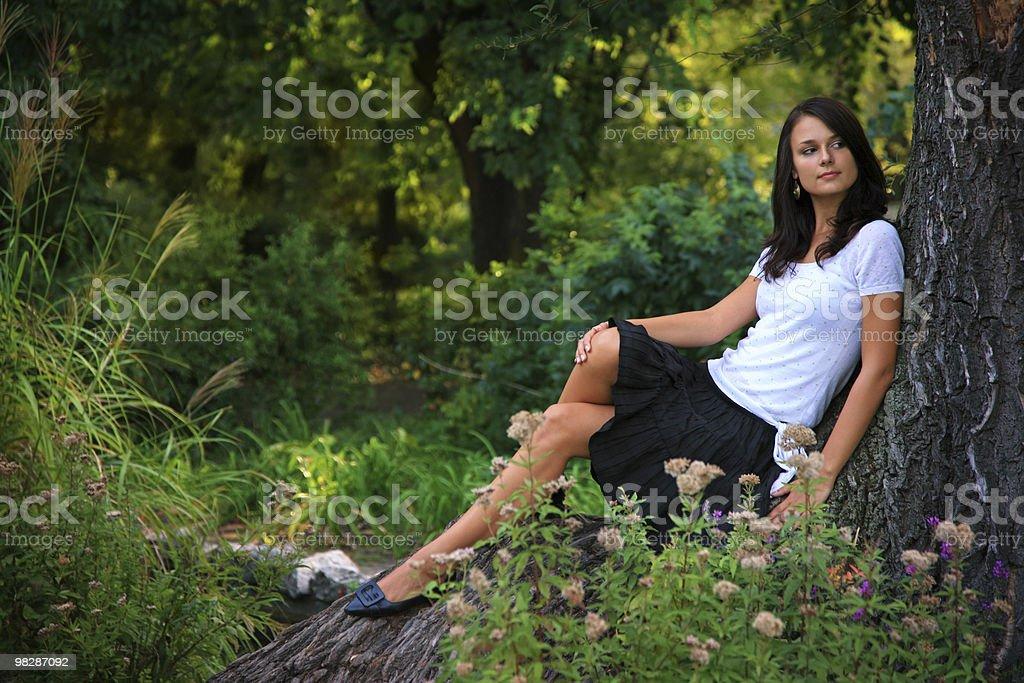 Ragazza si rilassa in the park foto stock royalty-free