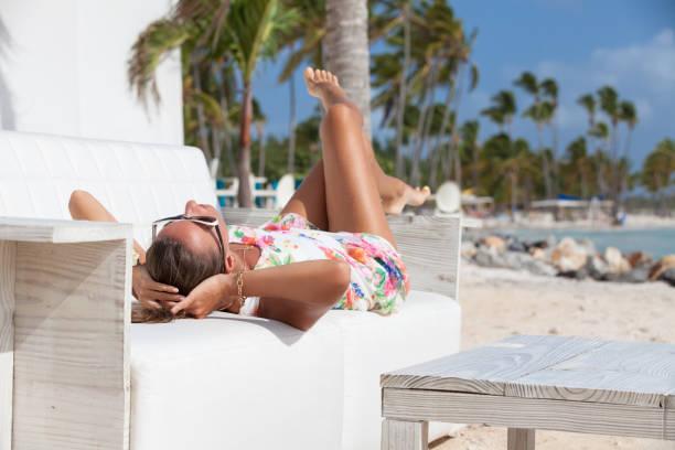chica relax disfrutando del sol en los días festivos. - mujeres dominicanas fotografías e imágenes de stock