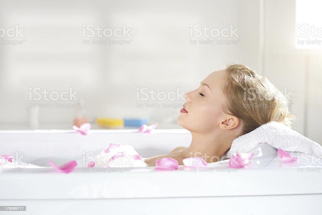 Attraktive Mädchen entspannend im Bad – Foto