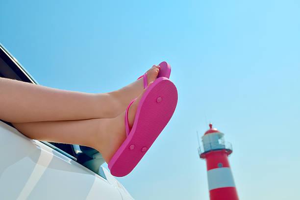 Mädchen beim Entspannen in einem Auto am Meer – Foto