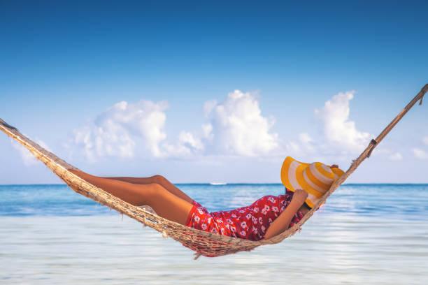 Mädchen entspannen sich in einer Hängematte am tropischen Inselstrand. Sommerurlaub in Punta Cana, Dominikanische Republik – Foto