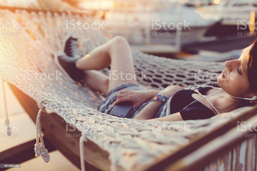 Garota Relaxando na rede - foto de acervo
