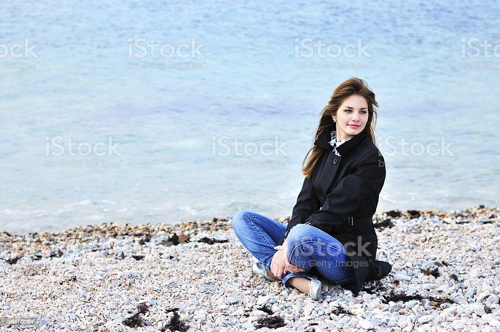 여자아이 편안한 있는 바다빛 royalty-free 스톡 사진