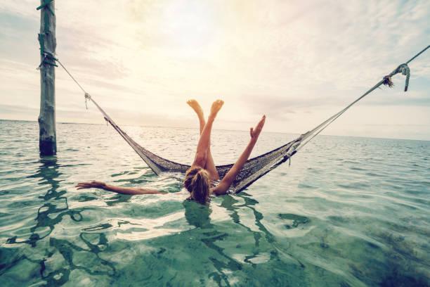 meisje ontspannen op zee hangmat tropisch klimaat - lombok stockfoto's en -beelden