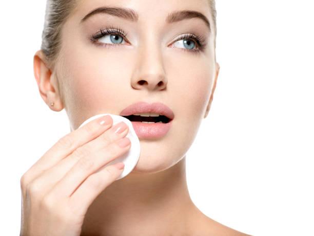 Mädchen entfernt Gesicht Make-up Wattebausch. – Foto