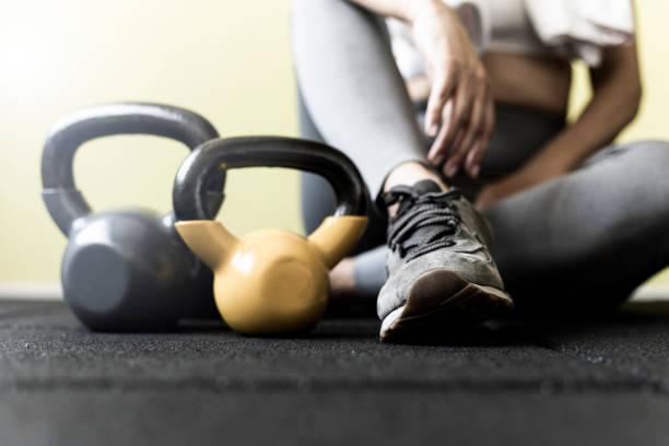 Mädchen ruhen nach hartem Training im Fitnessstudio – Foto