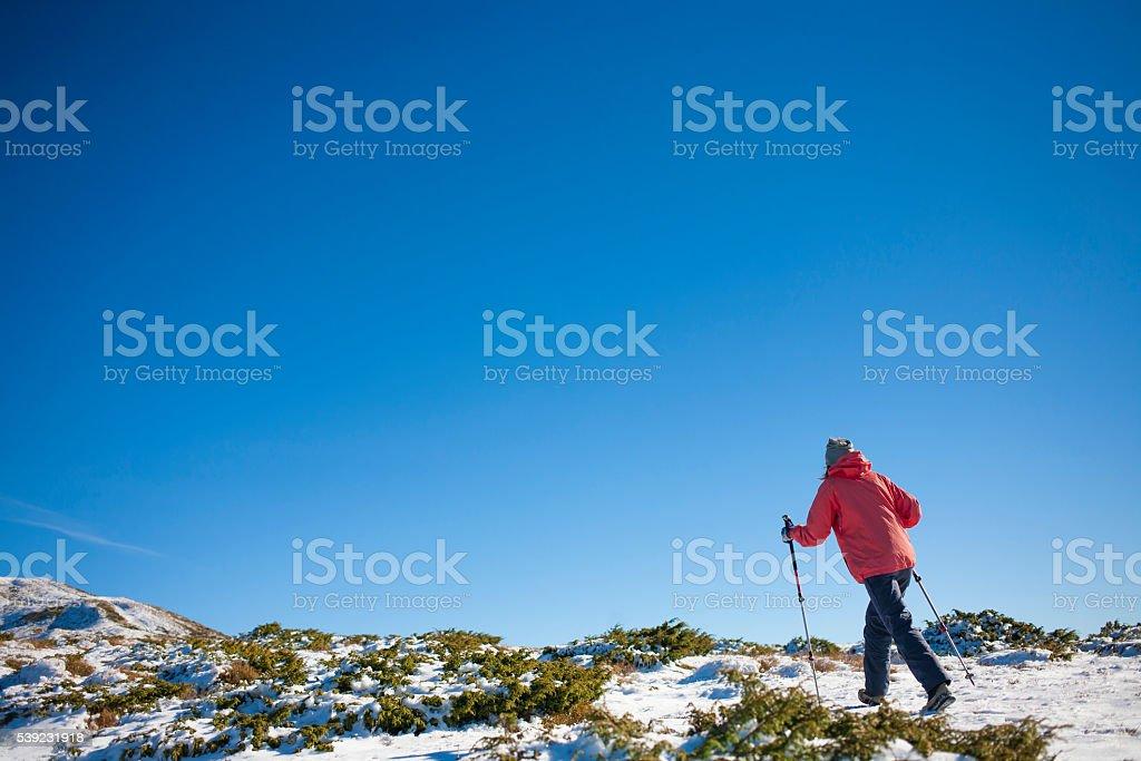 Menina repousando nas montanhas. foto royalty-free