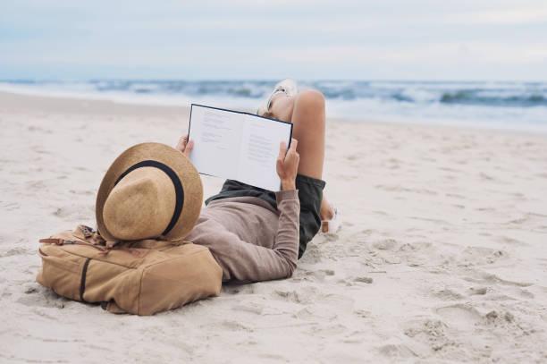 mädchen auf einem strand - alles hinter sich lassen stock-fotos und bilder
