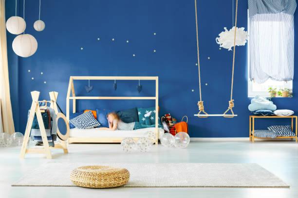 mädchenzimmer mit swing - marineblau schlafzimmer stock-fotos und bilder