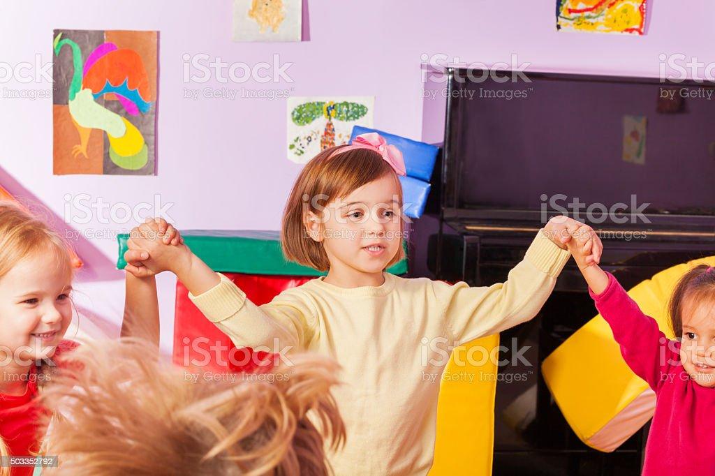 Fille roundelay avec les enfants de la crèche - Photo