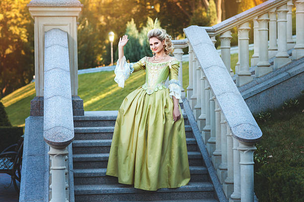 mädchen royal kleid stehend schritte des palace. - prinzessinnenstil stock-fotos und bilder