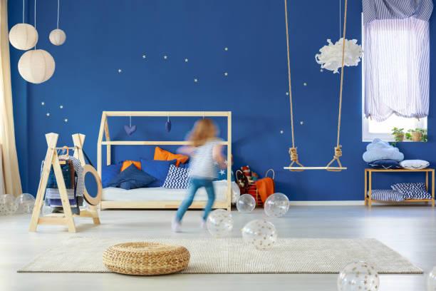 mädchen im zimmer laufen - marineblau schlafzimmer stock-fotos und bilder