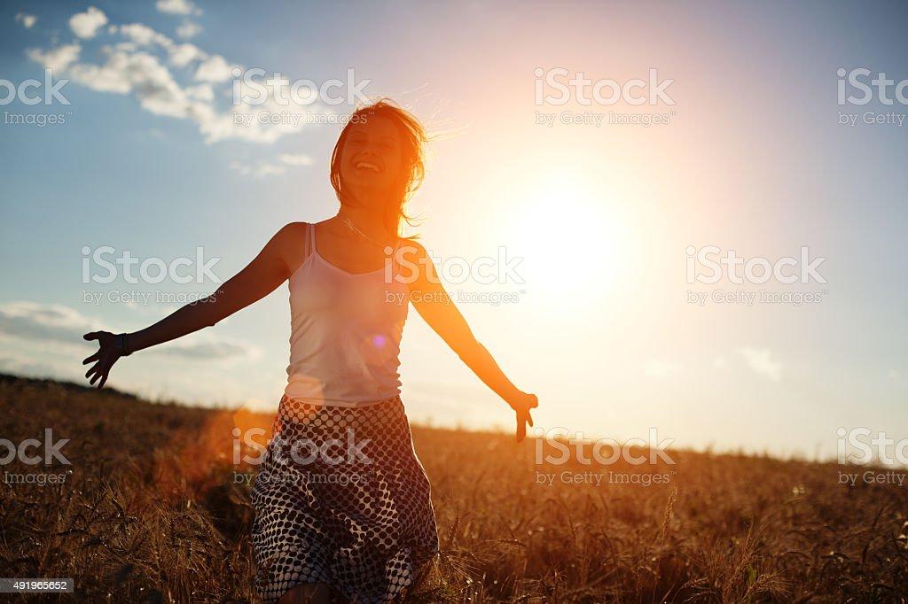 Mädchen Laufen auf dem Feld bei Sonnenuntergang – Foto