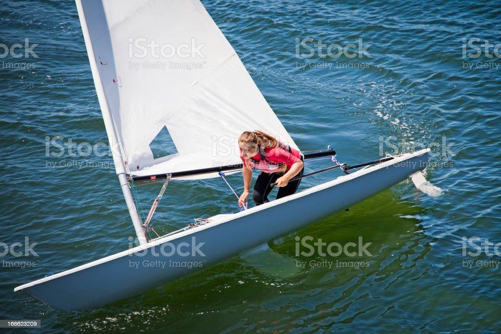 Mädchen sailing dinghy – Foto