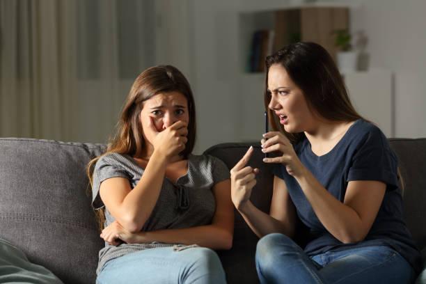 mädchen schelten freundin traurig über medieninhalte - gute nacht text stock-fotos und bilder