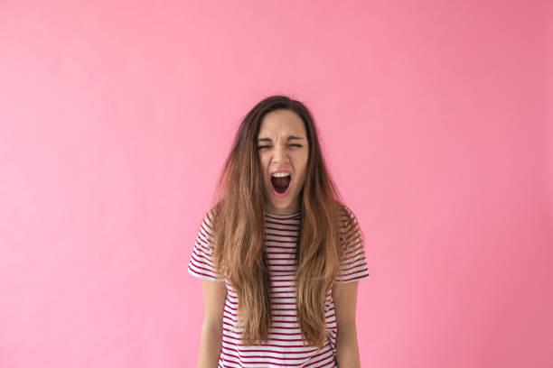 Ein Mädchen schreit oder drückt Emotionen aus – Foto