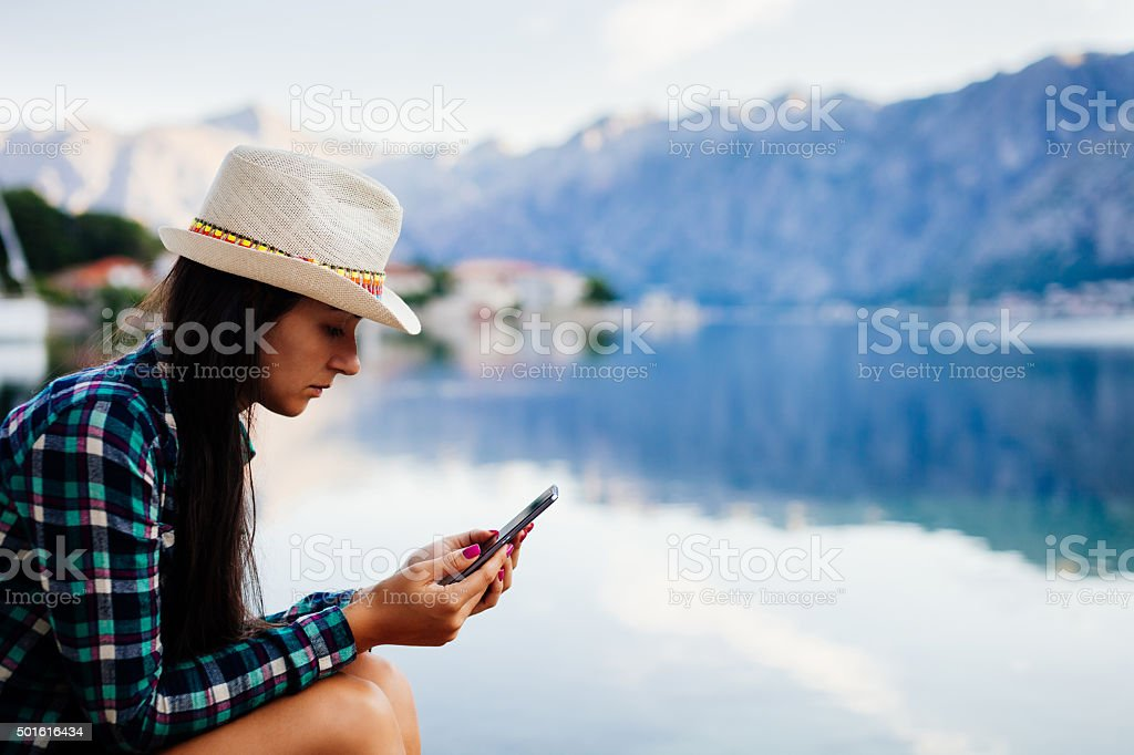 Mädchen auf der Suche in Telefon – Foto