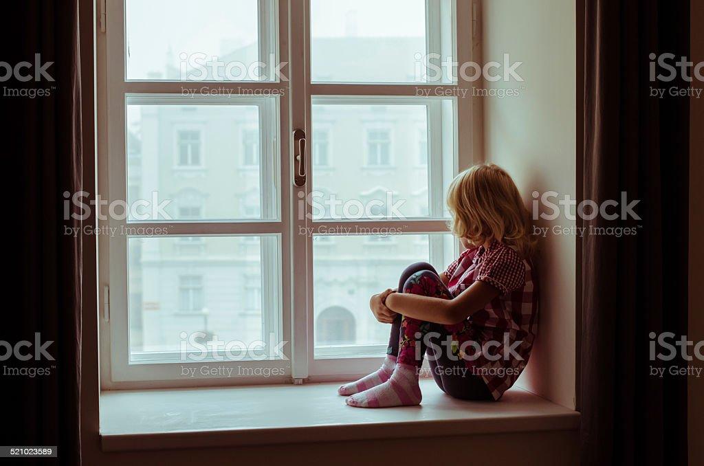 Mädchen sitzt alleine – Foto