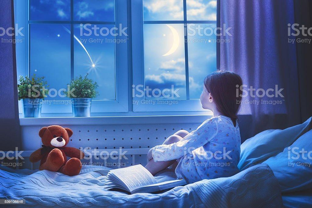 Menina sentada na janela - foto de acervo