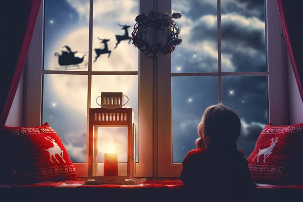 Fille assise près de la fenêtre - Photo