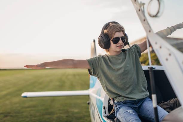 mädchen sitzt im propellerflugzeug - flugschule stock-fotos und bilder