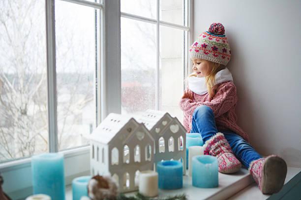 Mädchen sitzt auf eine Fensterbank – Foto