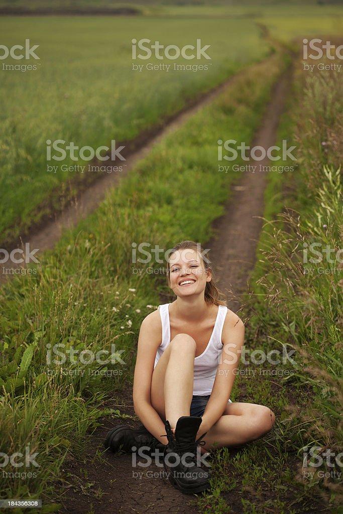Mädchen sitzt auf der Road und Lächeln – Foto