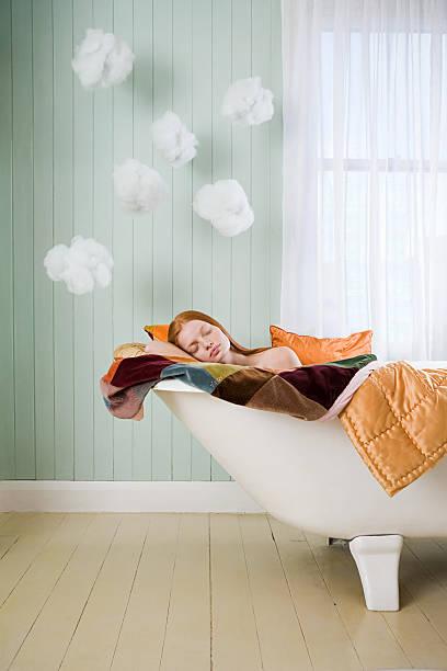 ein mädchen schlafen in einer - badewannenkissen stock-fotos und bilder