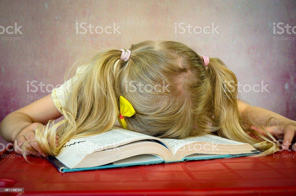Mädchen Schlafen auf offenes Buch – Foto