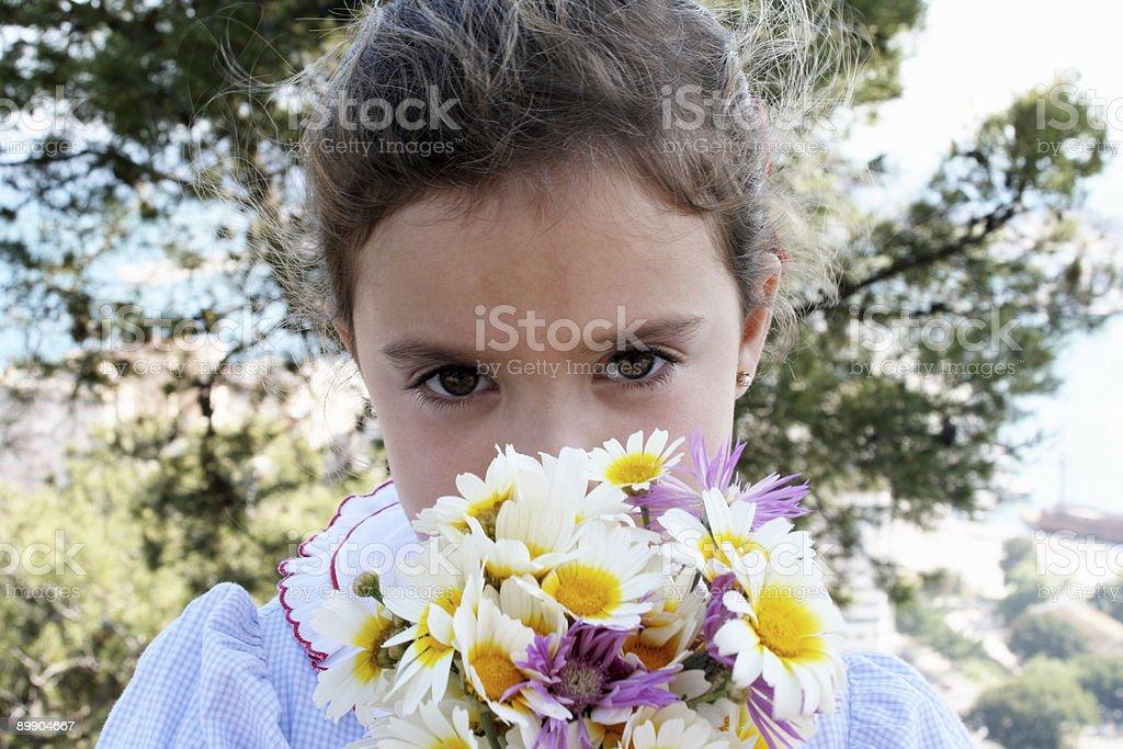 Mädchen riechen Blumen Lizenzfreies stock-foto