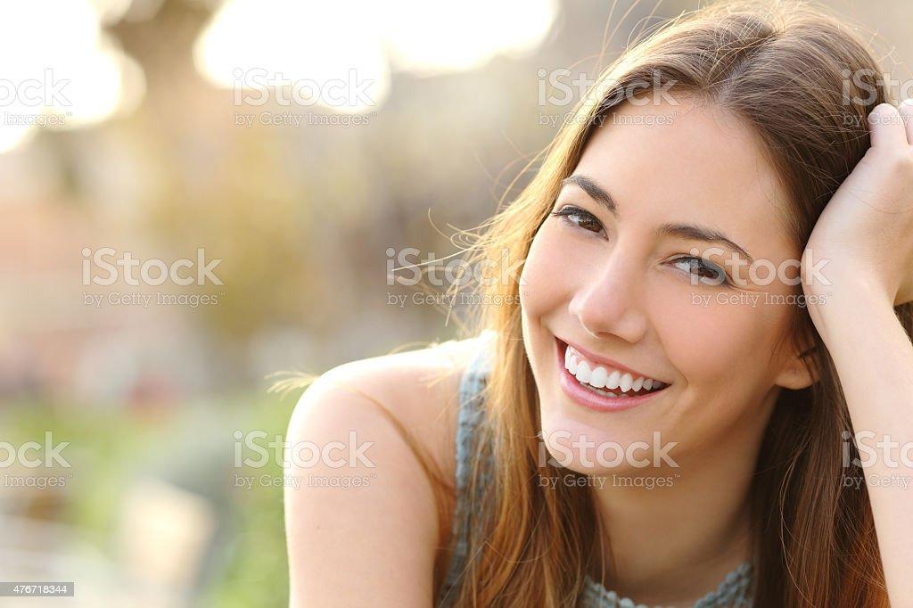 Menina sorridente com dentes e sorriso branco perfeito foto royalty-free