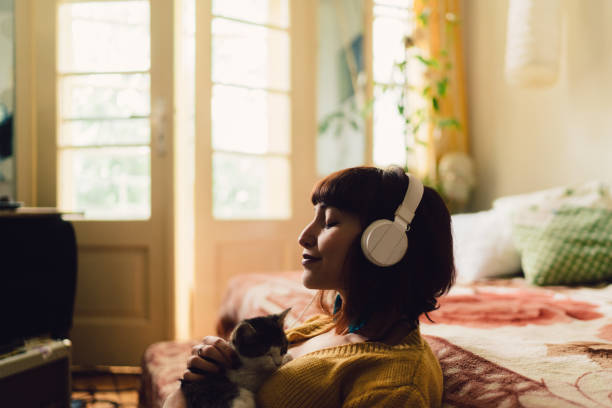 girl spending the weekend at home - music foto e immagini stock