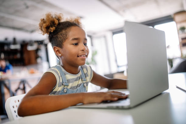 ragazza che trascorre del tempo con notebook e tecnologia moderna - bambino foto e immagini stock