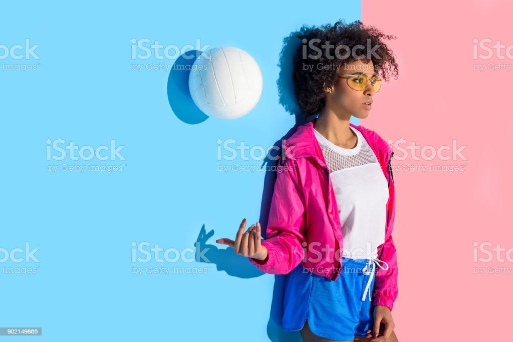 jeune fille debout contre le mur et vomir ball - Photo