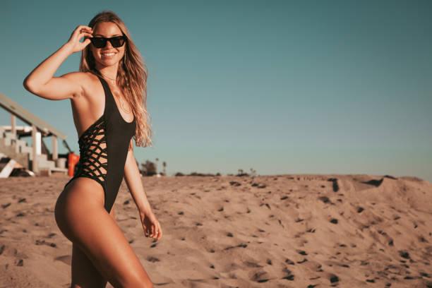 Mädchen am Strand stehen. goldene Stunde. California Lebensstil – Foto