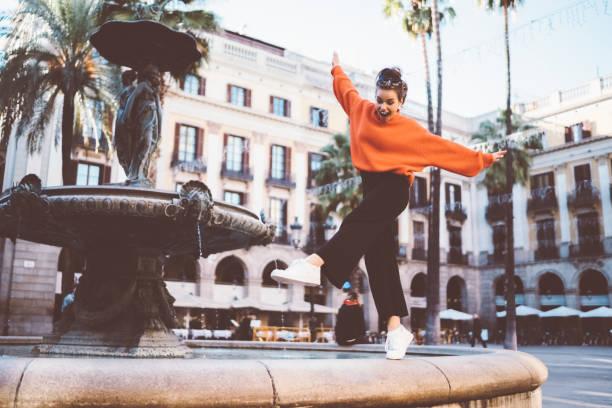 flicka som står på tip tår vid fontänen - street dance bildbanksfoton och bilder