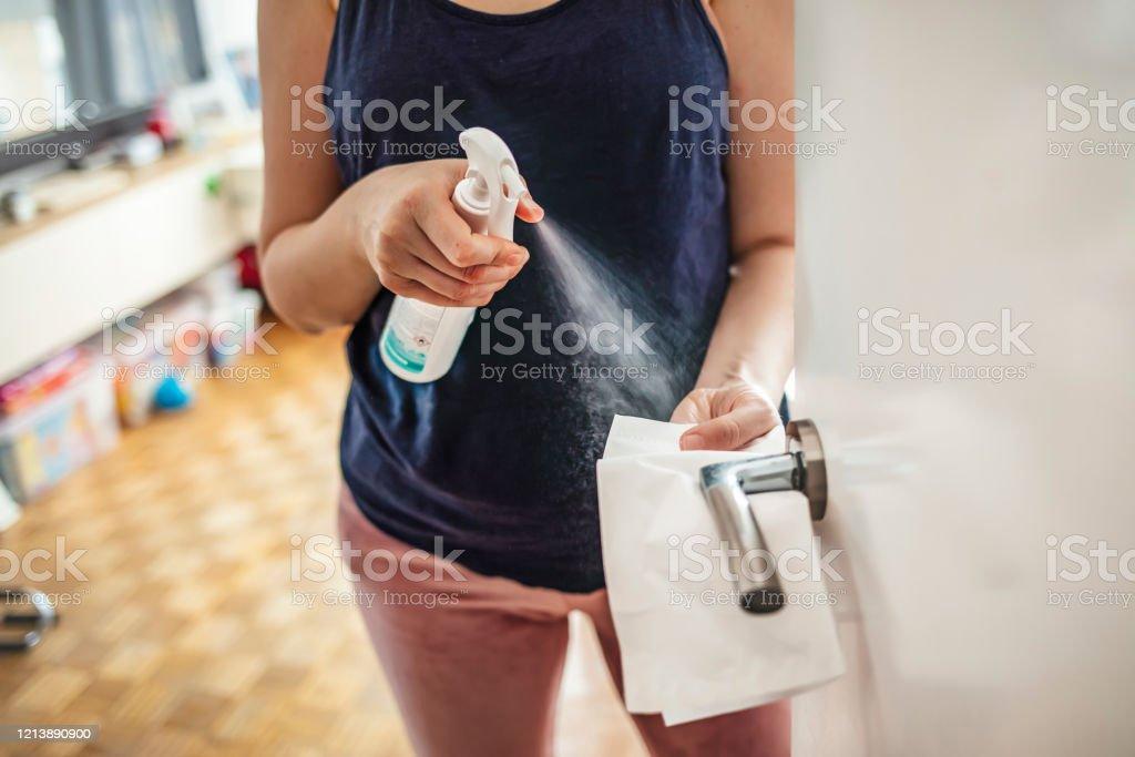 코로나바이러스 발병 시 집에 머무르는 소녀 - 로열티 프리 가사-집안일 스톡 사진