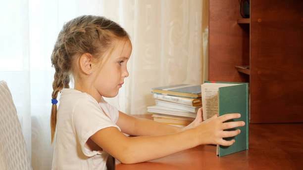 Mädchen am Tisch Buch studieren – Foto