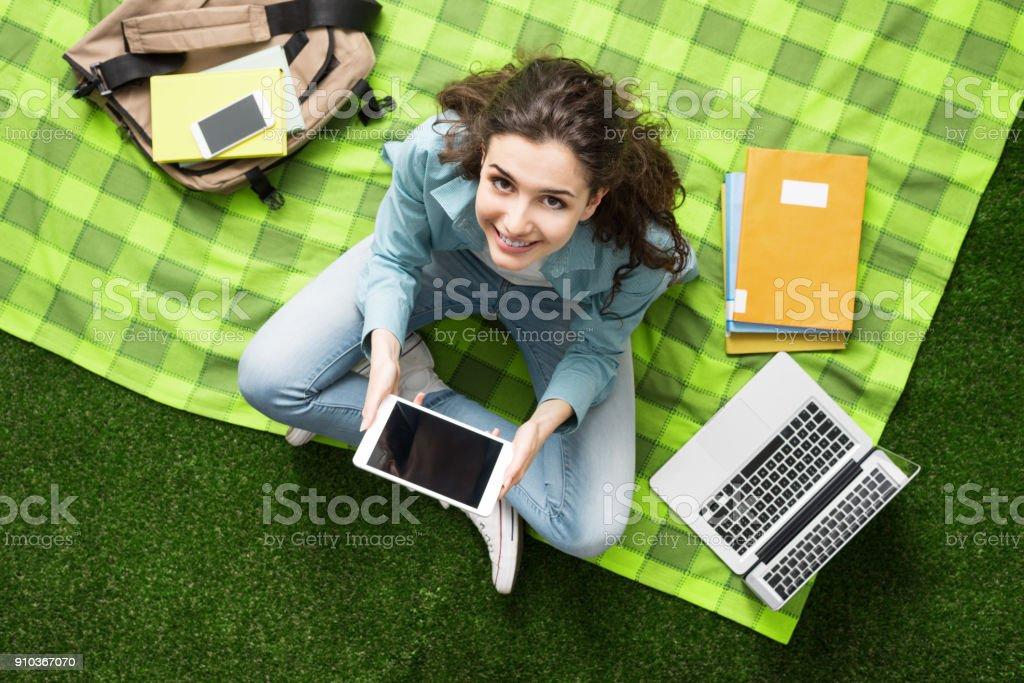 Menina estudando ao ar livre - foto de acervo