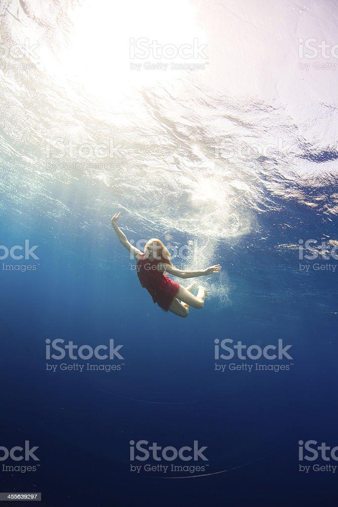 Mädchen Schwimmen unter Wasser – Foto